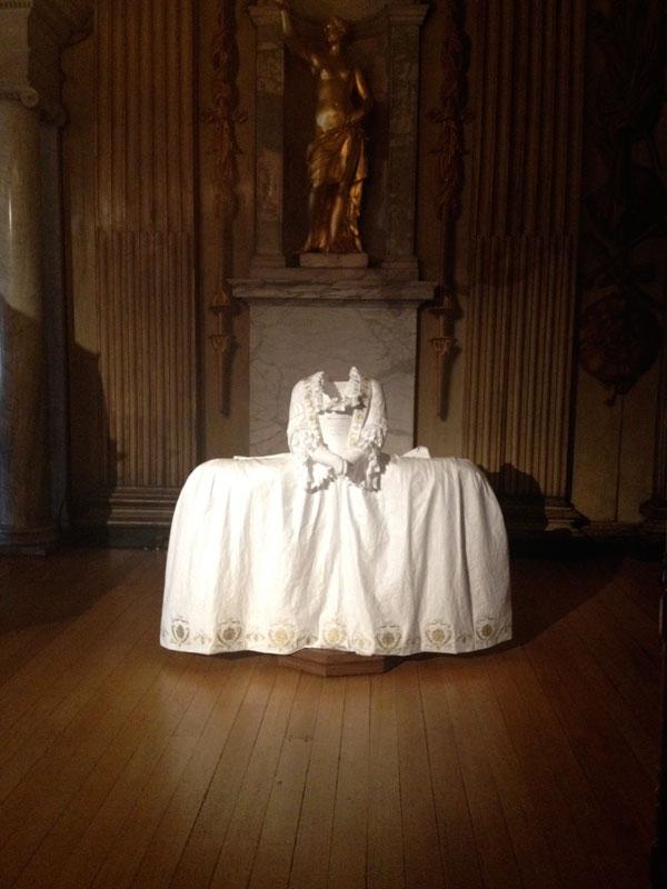 Riproduzione-in-carta-abito-da-ballo-della-Regina-Vittoria